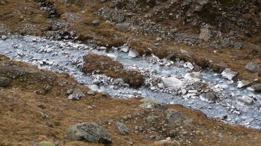 Die schneeweisse Farbe des Bachbetts des Ova Lavirun ist durch natürliche chemische Prozesse entstanden.