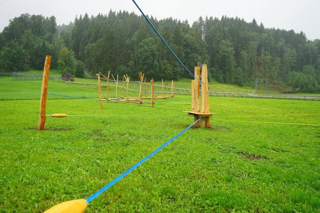 Ein Slackline-Parcours fordert die Geschicklichkeit und den Gleichgewichtssinn. (© FM1Today / Lena Rhyner)