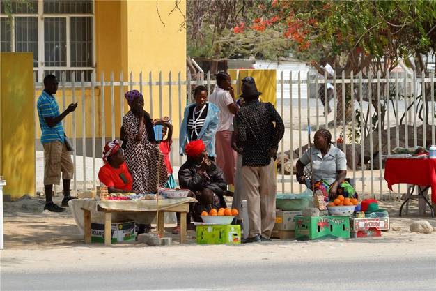 Entlang einer Strasse im Caprivizipfel verkaufen Frauen Snacks. Hier kommen nur wenige Touristen vorbei.