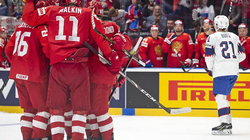 Die russischen Spieler freuen sich über das 3:0 von Nikita Kutscherow