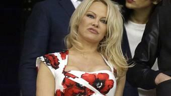 Die Schauspielerin Pamela Anderson hat bei früherer Gelegenheit erzählt, dass sie mit zwölf von einem Bekannten vergewaltigt worden sei. Nun ergänzt sie: Schon als kleines Kind sei sie von ihrer Babysitterin sexuell belästigt worden. (Archivbild)