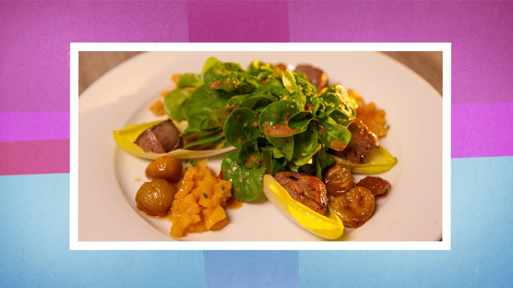 Gebratene Rehrückenfiletwürfel auf Nüssli-Chicoreesalat mit Kardamom-Quittenwürfeli und karamellisierten Maroni