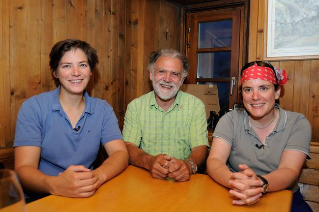 Die Hüttenwartinnen Tanja Pfammatter (links) und Jeanne Richenberger (rechts) zusammen mit einem Sektiönler in ihrer Gaststube