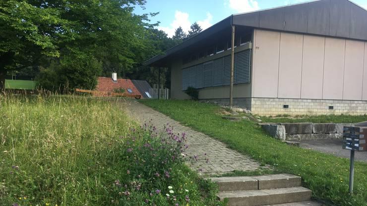 Der neue Kindergarten soll im «Schönbühl» zu stehen kommen. An diesem Standort steht bereits ein Kindergarten, der schon länger in einem schlechten Zustand war und nach starken Regenfällen im letzten Sommer evakuiert werden musste.