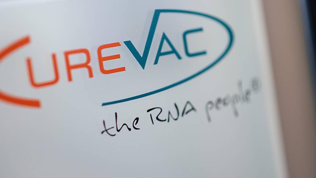 ARCHIV - Das Logo des biopharmazeutischen Unternehmens CureVac steht mit dem Slogan «the RNA people» am Eingang des Unternehmens in Tübingen. Foto: Sebastian Gollnow/dpa