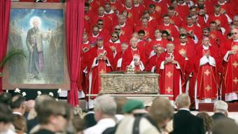 Zeremonie in Vilnius mit Kurienkardinal Angelo Amato (M) zur Seligsprechung von Teofilius Matulionis, von dem ein Bild enthüllt wurde