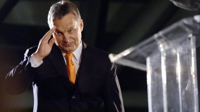 Grüsst zum Sieg: Ungarns Premier Viktor Orban in Budapest