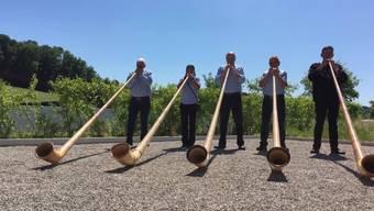 Alphorn-Formation überrascht kranken Kollegen mit Ständchen vor dem Bürgerspital Solothurn