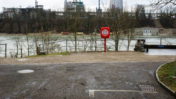 Standortvariante: Vom Ende des Flossländewegs sind es knapp 220 Meter zum deutschen Rheinufer. (ach)
