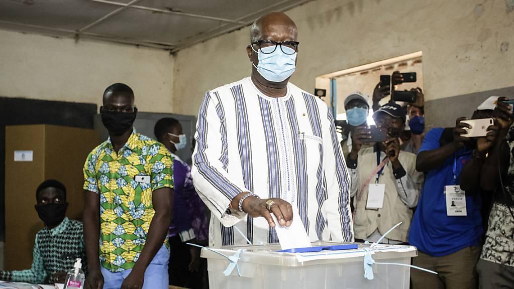 Burkina Fasos Präsident Roch Kabore gibt seinen Stimmzettel bei den Präsidentschaftswahlen im November letzten Jahres ab. Nachdem mehr als 100 Menschen bei einem bewaffneten Überfall getötet wurden, hat er eine dreitägige Staatstrauer angeordnet.