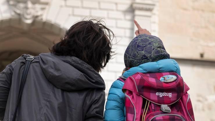 L.A. aus Tschetschenien und ihre 11-jährige Tochter D. vor der Hofkirche Luzern, wo sie Kirchenasyl erhielten.