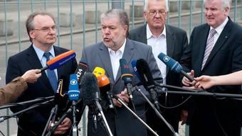 Reiner Haseloff (2. von links) nimmt vor den Medien Stellung zum Fiskalpakt