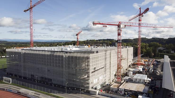 Die Patinoire St-Léonard ist im Moment eine grosse Baustelle. Aussen...