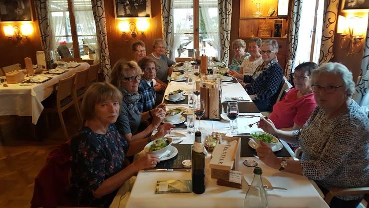 Die Seniorinnen beim gediegenen Essen