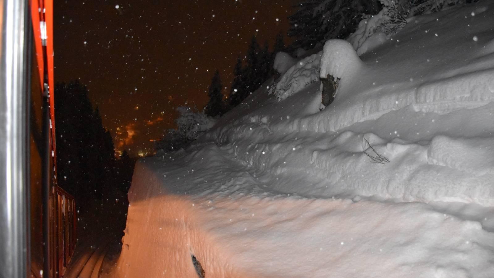 Mit lebensgefährlichen Verletzungen blieb der Snowboarder neben dem Trasse der Parsennbahn liegen.