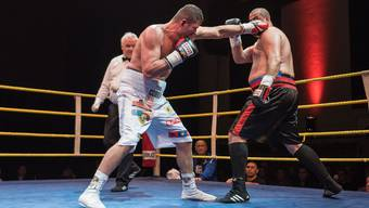 Arnold Gjergjaj (l.) während des Kampfs gegen Jasmin Hasic.