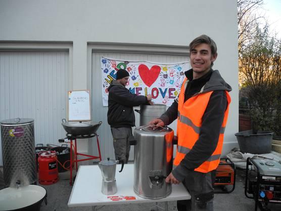 Fabian Dingetschweiler (hinten) und Tom Wyniger demonstrieren die Thermosbehälter.