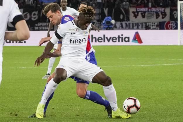 Der FC Basel hat so gute Laune, da gönnt man den Zürchern in der 94. Minute gerne den Ehrentreffer durch Stephen Odey (v.).