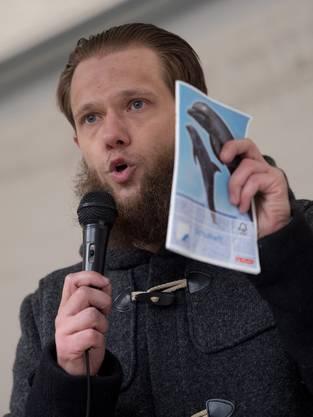Islam-Prediger Sven Lau spricht an der Kundgebung in Wuppertal