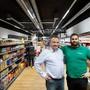 Riza und sein Sohn Kaan Tasdemir in ihrem neuen Laden
