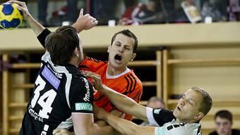 David Graubner (Kadetten, mit Ball) im Infight gegen zwei Berner