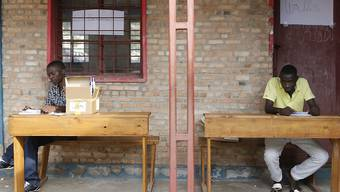 Sie werden sich gedulden müssen: Zwei Angestellte in Bujumbura vor einem Registrierungsbüro für die nun verschobenen Wahlen