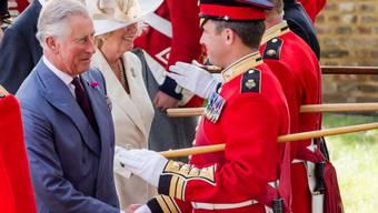 Prinz Charles und seine Frau Camilla sprechen in Braine-l'Alleud nahe Waterloo mit Soldaten