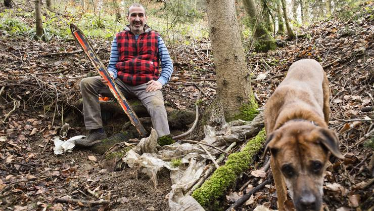 Marco Agostini mit Hund Gogo: Das Gerümpel, das der Grünen-Politiker im Wald entdeckt hat, ist bereits entfernt worden.