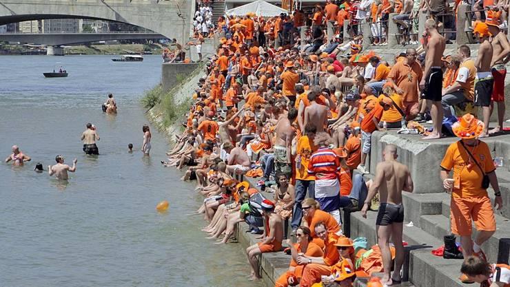 Über 100 000 Niederländer pilgerten für den Viertelfinal gegen Russland nach Basel. Seither werden auch vermehrt niederländische Touristen am Rheinknie begrüsst.