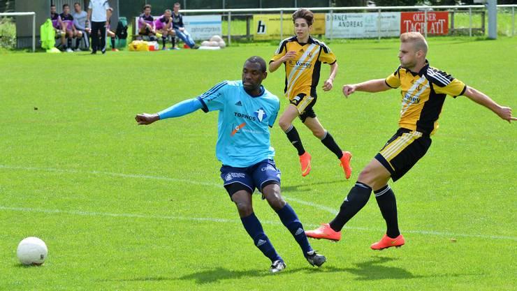 Dullikens Stürmer Bisevac (rechts) agierte sehr engagiert, aber im Abschluss wie seine Mitspieler unglücklich.bruno kissling