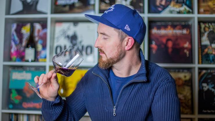 Joël Gernet beim Wein degustieren.