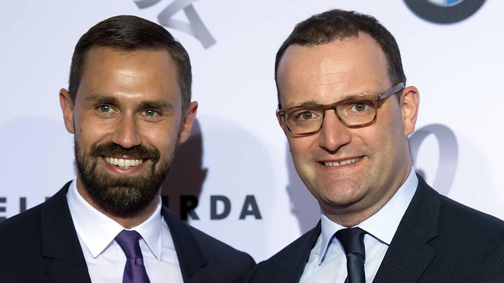 Jens Spahn (r, CDU), Bundesgesundheitsminister, und sein Ehemann Daniel Funke kommen zu einer Gala ins Hotel Adlon Kempinski.
