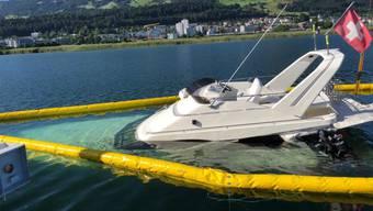 Vor dem Versinken gerettet: Ein Boot auf dem Zürichsee bei Pfäffikon musste aufwendig geborgen werden.