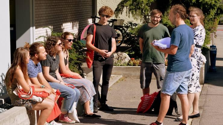 Die Junge SP Region Olten teilt sich in Zweiergruppen ein, um an den Haustüren zu klingeln.