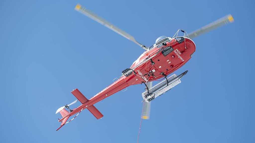 Der verletzte Bergsteiger musste mit der Rega in ein Spital geflogen werden. (Archivbild)