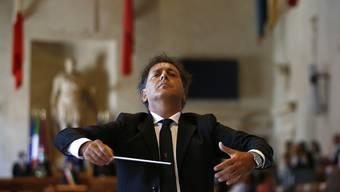 Andrea Morricone, Sohn des verstorbenen Komponisten Ennio Morricone, dirigiert der nationalen Akademie Santa Cecilia bei einem Sonderkonzert im Rathaus. Foto: Cecilia Fabiano/LaPresse/AP/dpa