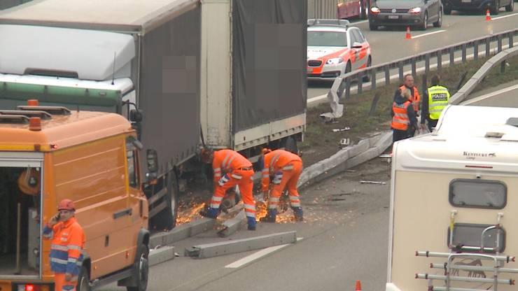 Der Lastwagen durchbrach die Leitplanke...