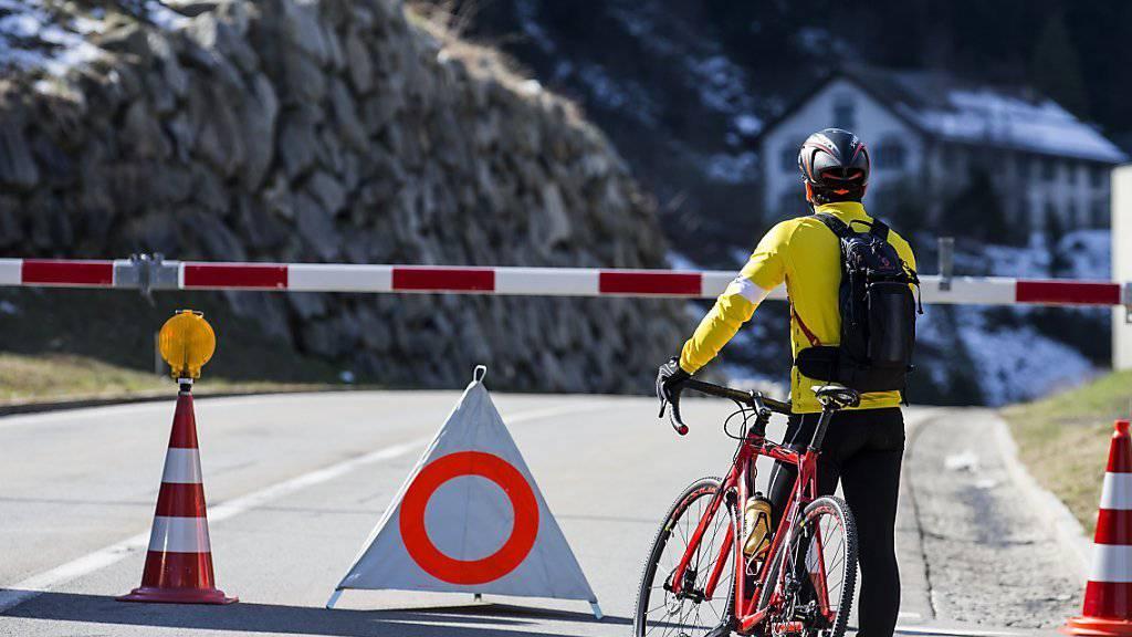 Am Sonntag herrschte perfektes Freizeitwetter. Dieser Biker hatte allerdings Pech: Die Gotthardpassstrasse zwischen Göschenen und Andermatt musste wegen eines möglichen Felssturzes gesperrt werden.