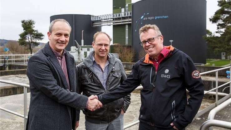 Die Kläranlage will zusammen mit der SWG Gas produzieren: v.l. Alexander Kohli (ARA-Präsident), Benno Schläfli (Geschäftsführer ARA), Per Just (Geschäftsführer SWG).