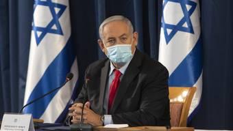 Scheint sich verkalkuliert zu haben: Israels Ministerpräsident Benjamin Netanjahu. Er öffnete früh - jetzt steigen in dem Land die Coronazahlen wieder.