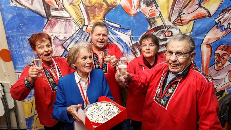 Gründungsmitglieder und ihre Nachfolger: Es wird auf 40 Jahre «Mabafe» angestossen. Von links: Käthi Schaad, Judith Zimmermann, Heinz Saner, Jeannette Steiner und Fritz Mathys.