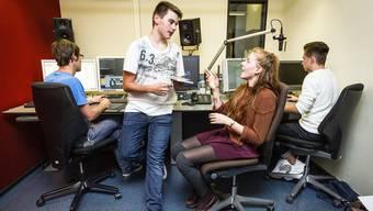 Produzent Tristan aus Wettingen (2. von links) und Redaktorin Joana besprechen den Beitrag über das Komiker-Duo «Oropax», der in wenigen Stunden im People-Magazin «Glanz & Gloria» ausgestrahlt wird.