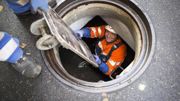Durch den Schacht in den Untergrund: Mit Helm, Stirnlampe und Gummistiefeln klettert Jürg Amatter vom Tiefbauamt ins unterirdische Reich der Ratten.