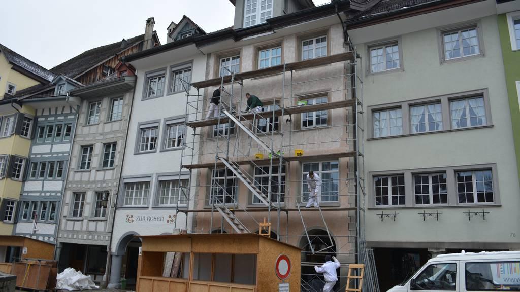 Oben ist die Fassade vom «Schmalzhaus» für den Anstrich  vorbereitet, die untere Hälfte befindet sich im ursprünglichen Zustand.