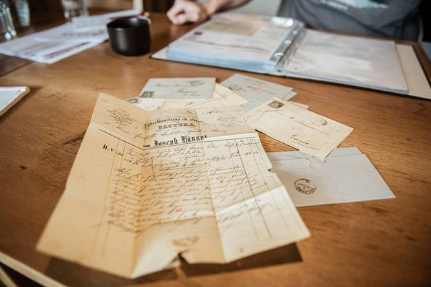 Humbert geht es um die Stempel - spannend anzusehen sind aber auch die Briefe, die der 36-Jährige bei seinen Recherchen findet.