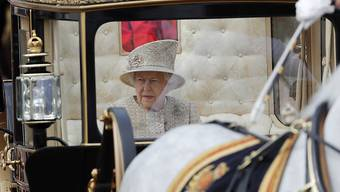 """Die britische Königin Elizabeth II. hat am Samstag in London ihren 93. Geburtstag mit der Militärparade """"Trooping the Colour"""" gefeiert."""