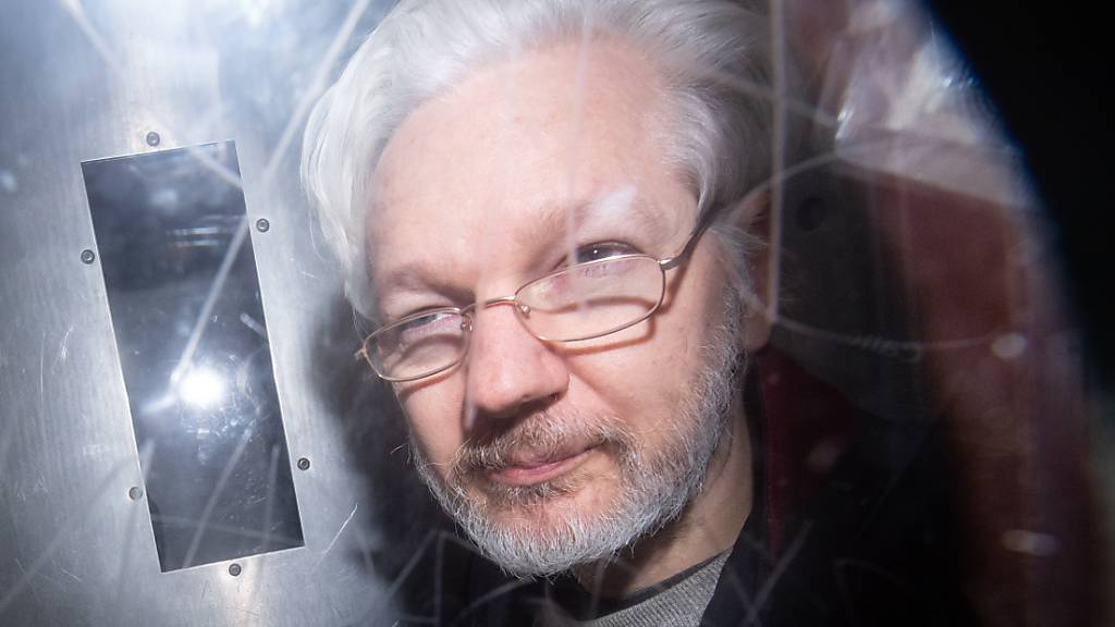 ARCHIV - Wikileaks-Gründer Julian Assange verlässt das Gerichtsgebäude. Der High Court in London teilte am Donnerstag mit, dass er die Berufung im Auslieferungsverfahren der USA in «beschränkter Weise» zulasse. Daraufhin forderte die Organisation Reporter ohne Grenzen erneut die Freilassung Assanges. Foto: Dominic Lipinski/PA Wire/dpa