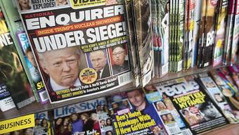 """Der hoch verschuldete US-Verlag American Media (AMI) verkauft die US-Präsident Donald Trump nahestehende Klatschzeitung """"National Enquirer"""" sowie die Schwesterblätter """"Globe"""" und """"National Examiner"""". Den Titel übernehmen will der US-Zeitungsmogul James Cohen. (Archivbild)"""