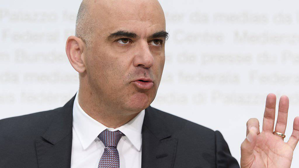 Innenminister Alain Berset erklärt, warum der Bundesrat die Fair-Food-Initiative ablehnt. Aus seiner Sicht ist sie unnötig. Bei einem Ja drohten ausserdem Umsetzungsschwierigkeiten, da es Kontrollen im Ausland bräuchte.