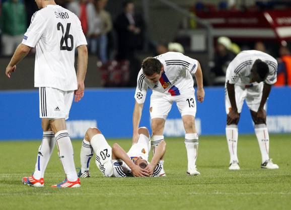 Fabian Frei liegt nach dem verlorenen Rückspiel in Cluj enttäuscht am Boden.